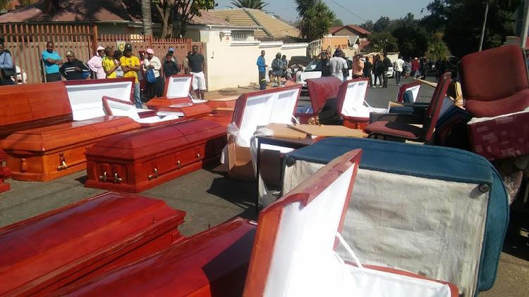 Inwoners val op vermeende dwelmmis en ontdek 'gebruikte' kiste in die huis - DispatchLIVE