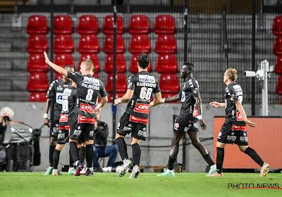 KV Kortrijk zorgt voor een stunt op de Bosuil en komt zo alleen aan de leiding in de Jupiler Pro League, Antwerp moederziel alleen op de laatste plaats