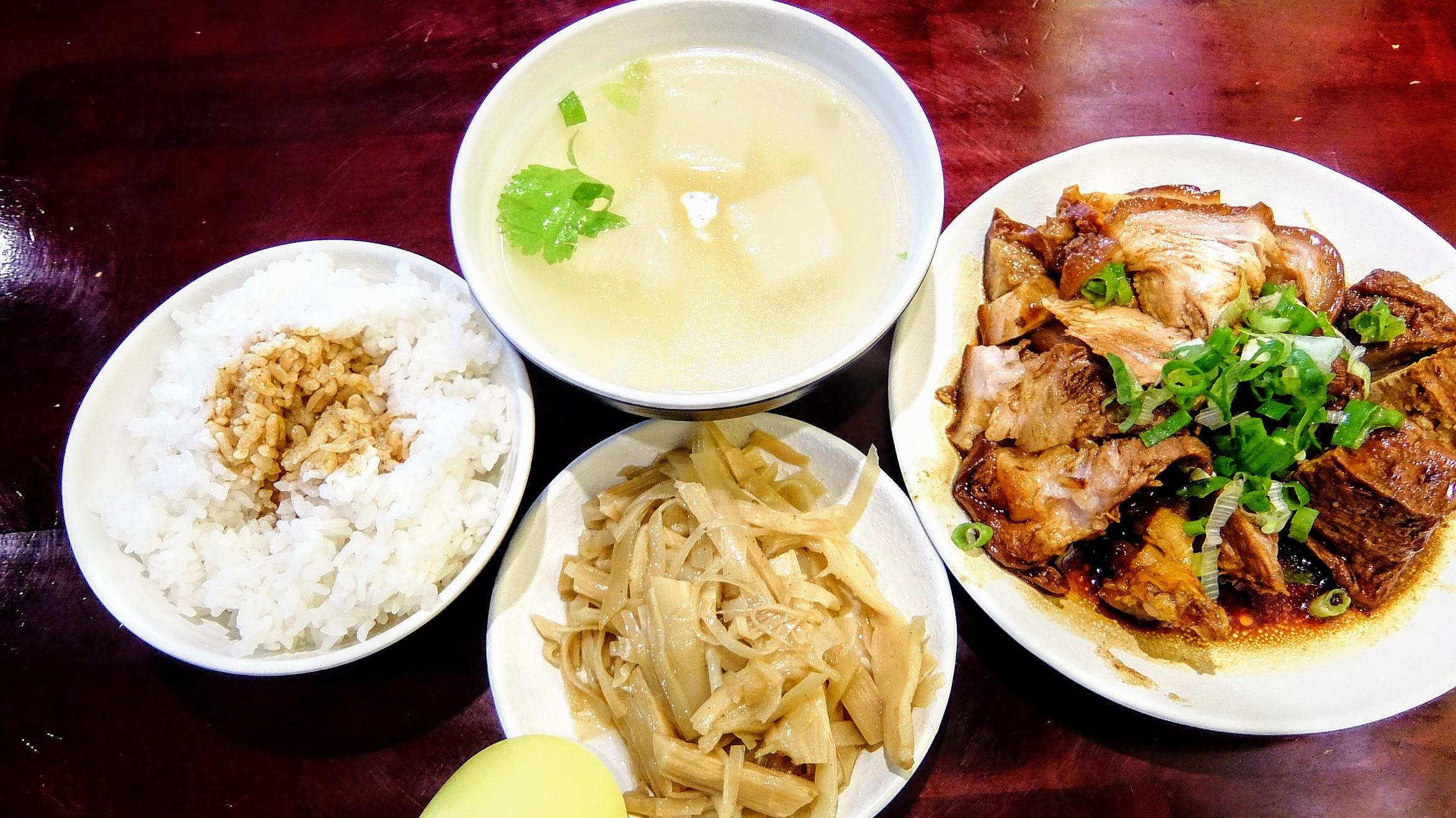 這樣一套120元,有主餐,有湯,有筍乾,有白飯,吃得飽通通的啊!