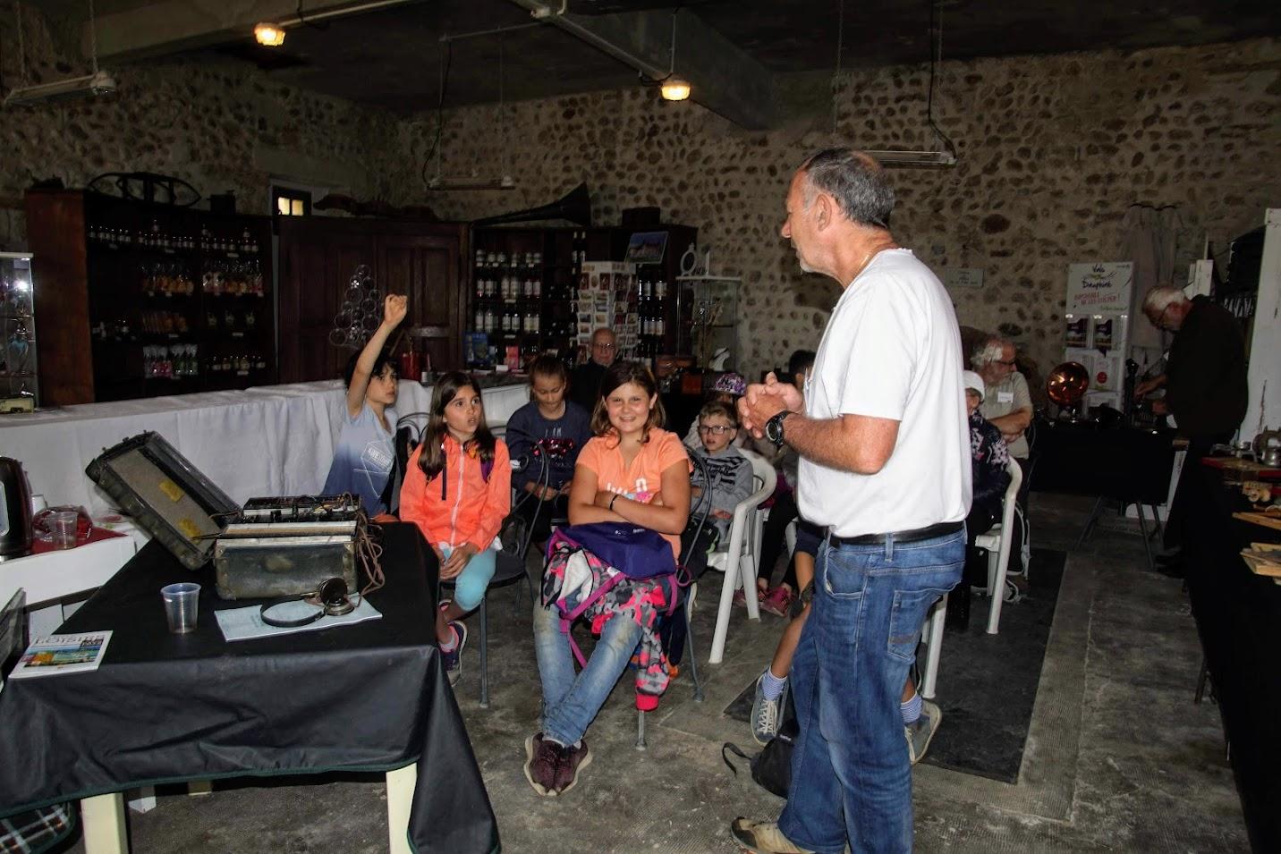 François présente une valise radio de la résistance à des élèves de CM2