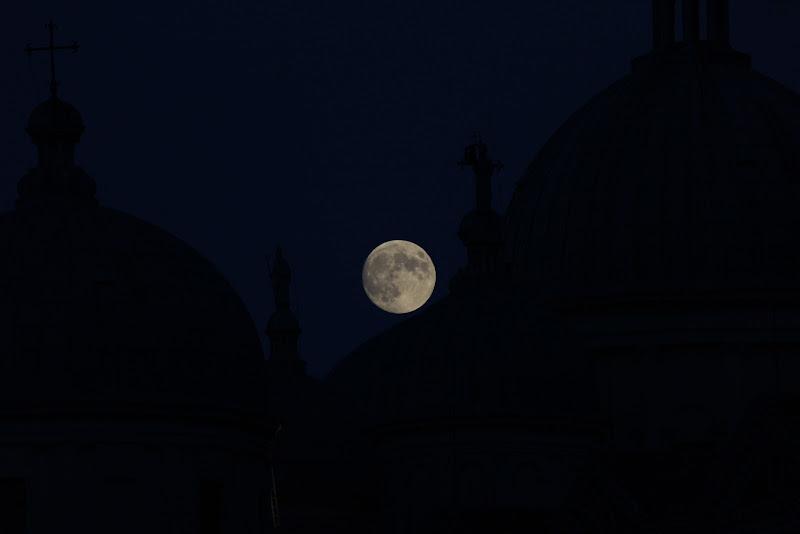 La luna fra le cupole di Airan