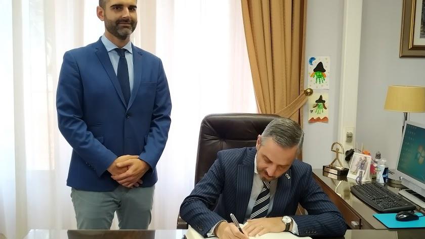 El consejero de Economía, Juan Bravo, firmando en el libro de honor del Ayuntamiento