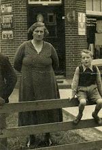 Photo: Vrouw Bruining en Jans Zandvoort (geb. 1931)