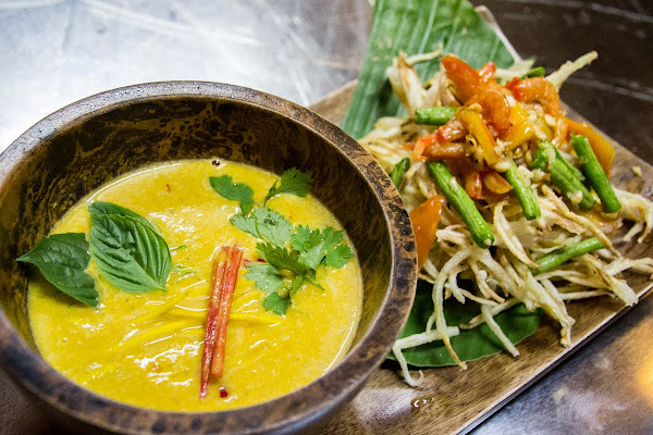 Prepare green curry and a Deep-fried Papaya salad