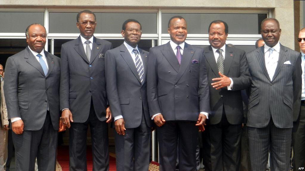 De gauche à droite, les présidents Ali Bongo Ondimba du Gabon, Idriss Deby Itno du Tchad, Teodoro Obiang Nguema de Guinée équatoriale, Denis Sassou Nguesso du Congo, Paul Biya du Cameroun, François Bozize de la Centrafrique à Brazzaville, le 25 juillet 2012.