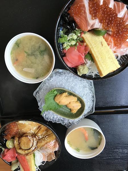 鮭魚親子丼 $240 海膽 $160 極味炙燒丼飯 $280 炸牡蠣 $120 - Cp值很高,用料很實在,食材新鮮,選擇多元,照片和實物相符,很好吃。