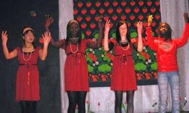 Photo: MONIKULTTUURINEN TALVIJUHLA MIRATALOSSA 12.12.2007  Ulkona oli kylmää ja pimeää, mutta Miratalossa kynttilät loistivat ja musiikki soi!  OHJELMA: Pikku Aasin Nukketeatterin näytelmä Maria-Raakelin lammas Teatteri Miraxin näytelmä Havronia-tytär Rappia ja hip-hopia Kansainvälisiä herkkuja Kirpputori Ja paljon yllätyksiä!  Juhlassa oli mukana: Kansainvälinen kulttuuriseura MIRA Vöyrinkaupungin koulun maahanmuuttajaopetus Nuorten tiedotus- ja neuvontapiste Reimari