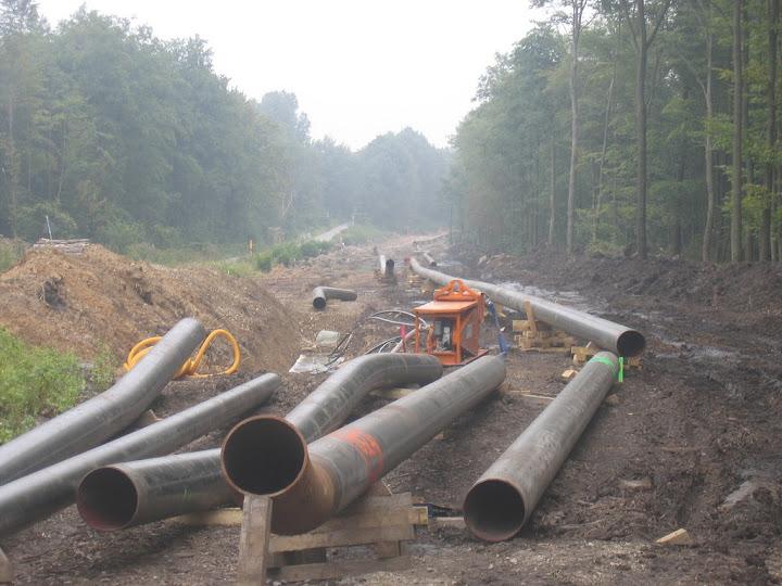 Baustelle: Röhren im Wald.