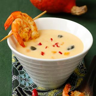 Kürbiscremesuppe mit Chili, Kokos und Curry-Garnelenspieß