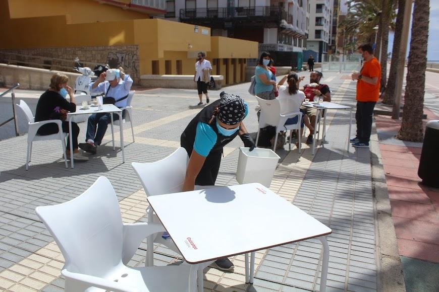 Desinfectando mesa y sillas en la terraza de Duque de Mar.
