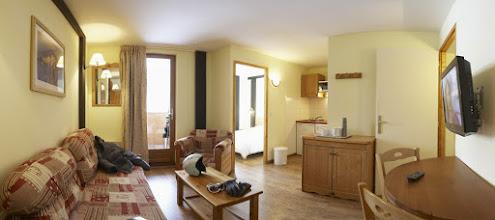 Photo: Coin salon et coin cuisine d'un appartement de la résidence