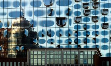 Photo: Hafencity mit der neuen Elbphilharmonie Hamburg Eine Machbarkeitsstudie bewertete im Juli 2005 auf der Basis der Vorentwurfsplanung der Architekten das Projekt als technisch und wirtschaftlich machbar und schätzte die Netto-Baukosten nach vorliegendem Planungsstand auf 186 Mio €. Der Senat beschloss daraufhin das Projekt weiter zu verfolgen bei einem Finanzierungsbeitrag der öffentlichen Hand von 77 Mio €. Die restlichen Kosten sollten durch die private Mantelbebauung und Spenden abgedeckt werden. (Wikipedia) Mittlerweile sollen die Baukosten nun mindestens das Zehnfache kosten und bis auf 865 Millionen Euro steigen. Im Juni 2013 soll die Bürgerschaft über die explodierten Kosten des teuersten Konzertsaals der Welt erneut abstimmen.