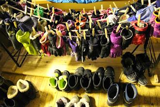 Photo: Seuraavana päivänä isommat liittyivät sudenpentujen seuraan Heimolaan. Tässä puolet leirin hanskoista. Nimikoidut löytävät aina ensimmäisenä omistajansa.
