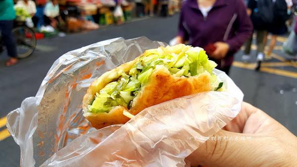 烏日水煎包。一咬下會爆高麗菜。還有那蔥油餅吃起來滋味不一樣