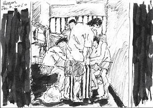 Photo: 打包2010.12.06鋼筆 凡遇移監、借提,收容人就得要把所有家當裝在名為執行袋的綠白條紋帆布袋中打包帶走,出發前翻出來檢查一遍,到達目的地再倒出來檢查,以防㚒帶違禁品。 圖中為移監收容人半夜被叫起床,在昏暗狹窄的房內,和同房合力幫忙打包的情景。