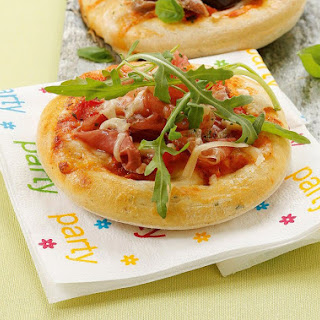 Mini-Party-Pizza mit Mozzarella, Prosciutto und Rucola