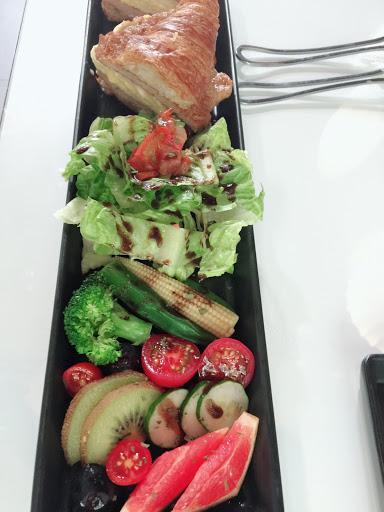 現點現做 需要一些時間食用美食 裡面座位不多,但很特別 有單點跟套餐組合