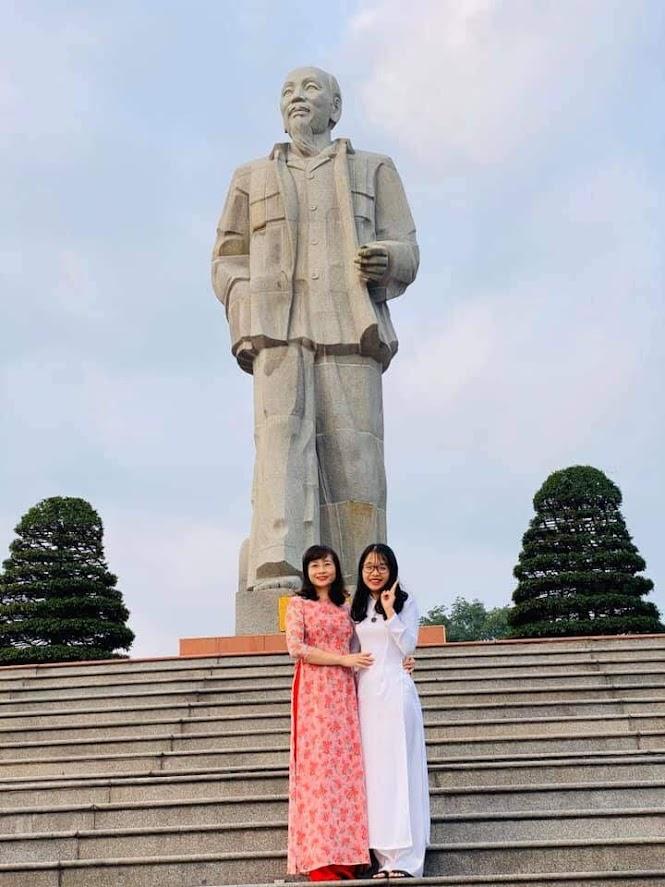 Phương Hoa bên cô giáo chủ nhiệm Nguyễn Hoàng Lân