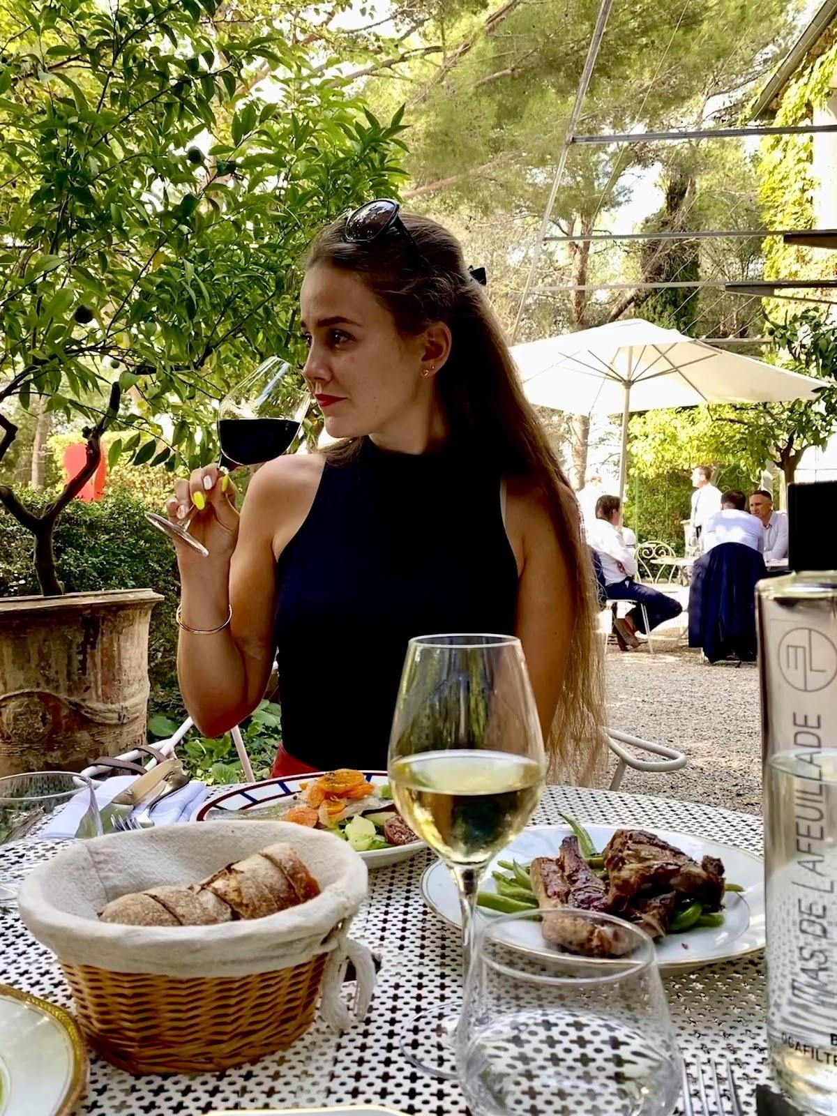 Une image contenant extérieur, alimentation, personne, table  Description générée automatiquement