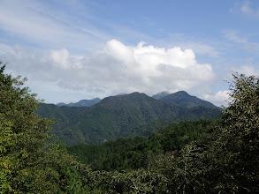 熊伏山(雲の中)、観音山(中央左奥)など