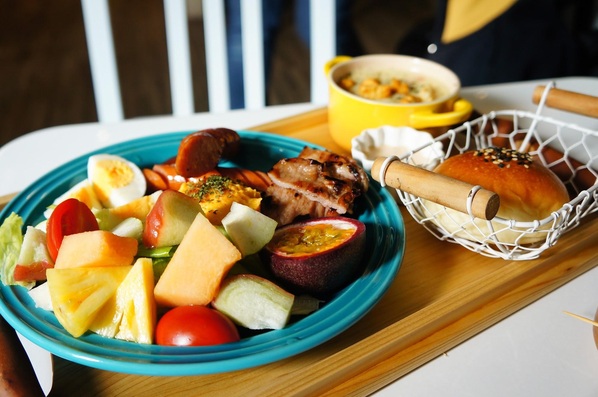 一盤很豐盛! 主餐點部分是德式香腸和燒肉