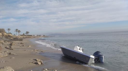 Vecinos alertan del varamiento de una presunta patera en las playas de Mojácar