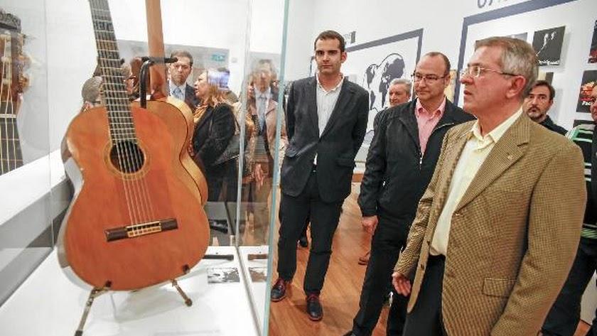 El alcalde de Almería y el concejal de Cultura durante la visita a la exposición.