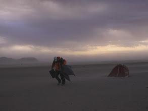 Photo: Песчаная буря. Ранним утром температура резко понизилась и налетел шквал холодного ветра. Солнцезащитные очки прикрыли наши глаза, но были безнадежно испорчены.