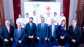 Representantes de las instituciones junto con los chefs que participaron en el acto en el Teatro Real.