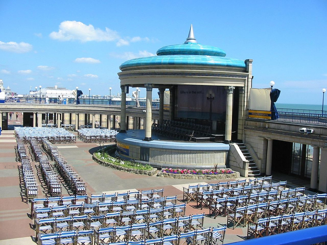 Photo: Eastbourne Bandstand By Oakie102 via Wikimedia Commons (public domain) https://commons.wikimedia.org/wiki/File:Eastbourne_Bandstand_2006.jpg  ★画像使用記事 『刑事フォイル』 http://inagara.octsky.net/keiji-foyle
