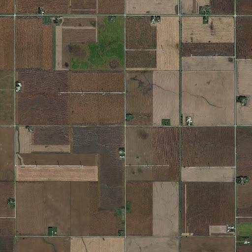 Luftaufnahme der grünen und braunen Flächen des Windparks Story CountyII in Iowa