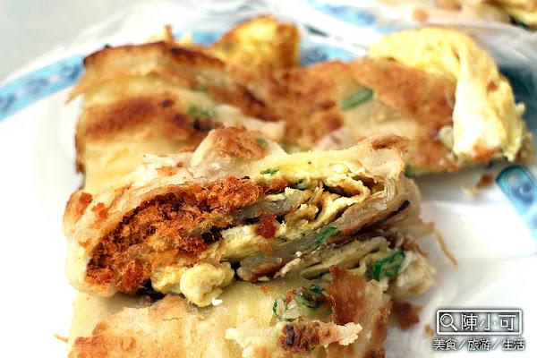 手工現桿的蛋餅,捷運菜寮站附近的人氣早餐「上海蛋餅豆漿大王」。