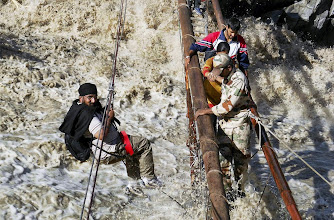 Photo: Govindghat: Rescue operations being carried out by ITBP personnels through a temporary bridge over Alaknanda in Govindghat recently. PTI Photo (PTI6_23_2013_000110B)
