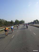 Photo: Riders getting dropped from the lead bunch quite early in the race..