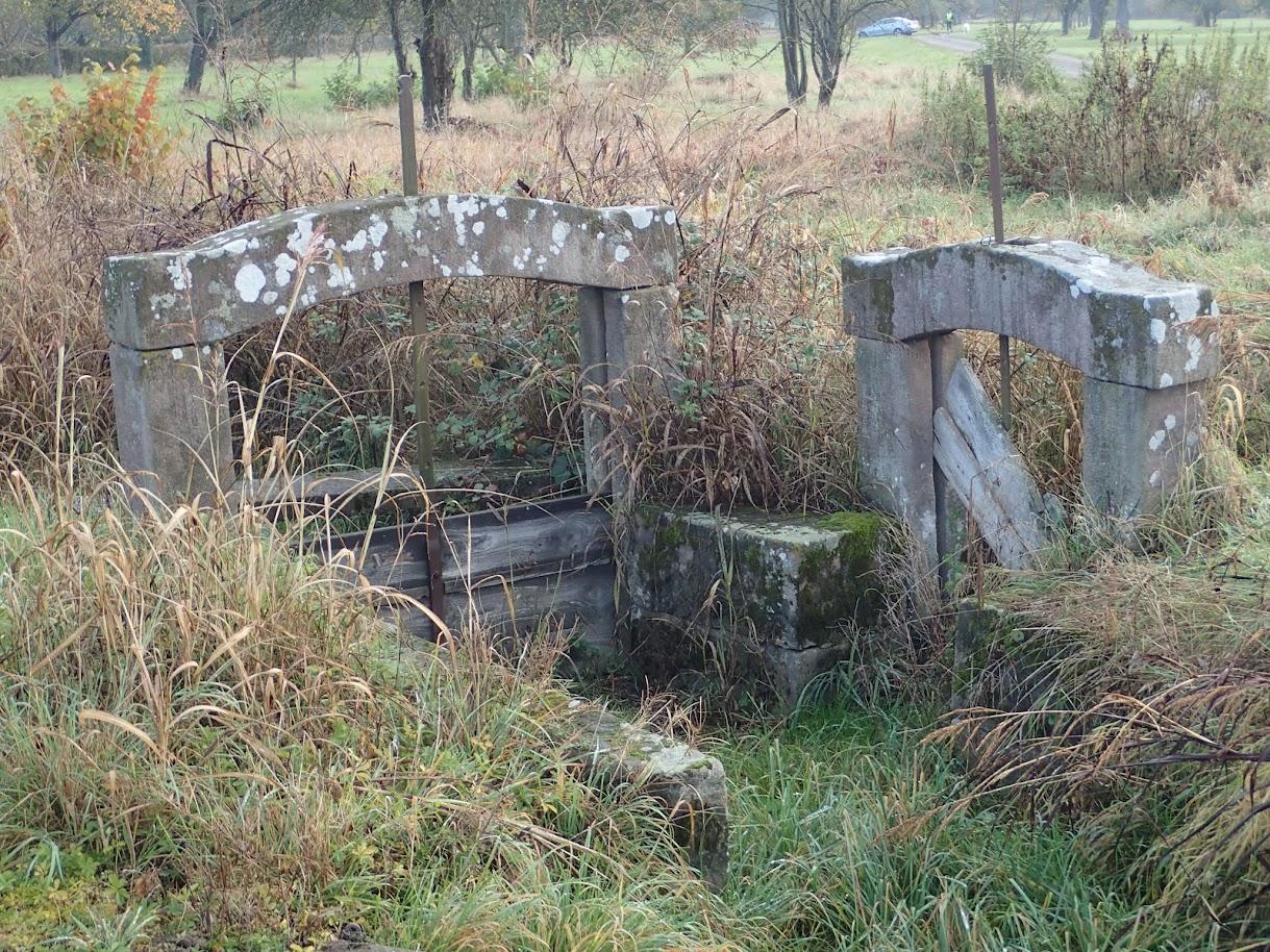Ces petits barrages d'irrigation en pierres taillées sont abandonnés. Plus personne ne veut les entretenir. A l'origine il servait à l'irrigation des vergers du lieu-dit Belle Ile le long du Quatelbach après le cimetière d'Ensisheim