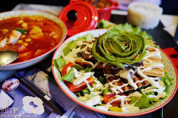 台中西區│A La maison│慵懶氛圍外加摩登感的咖啡廳小餐館,餐點由法籍老闆娘親自烹調!美美的酪梨花牛肉沙拉搶眼又美味~