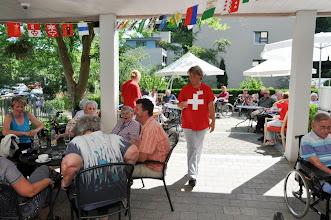 Photo: Hilfsbereites Pflegepersonal. Alle gleich bekleidet mit dem National-Kennzeichen