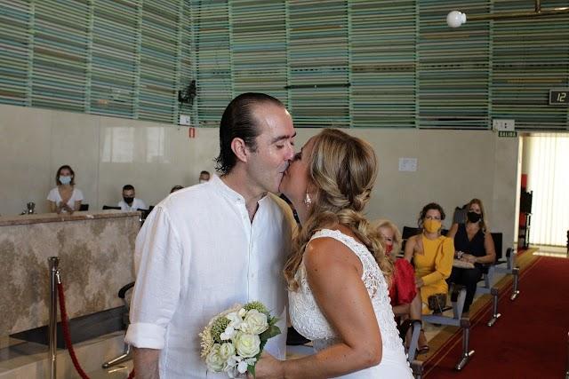 Los novios, Fernando Labordeta y Eva de la Rosa, sellando su amor con un beso.
