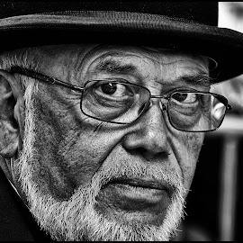 Blik by Etienne Chalmet - Black & White Portraits & People ( black and white, street, people, man, portrait )