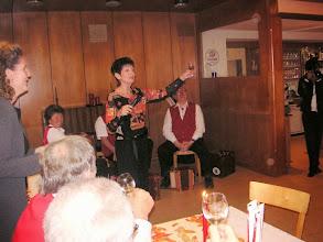 Photo: Die Jubilarin Lotti Schaffner begrüsst alle Festbesucher