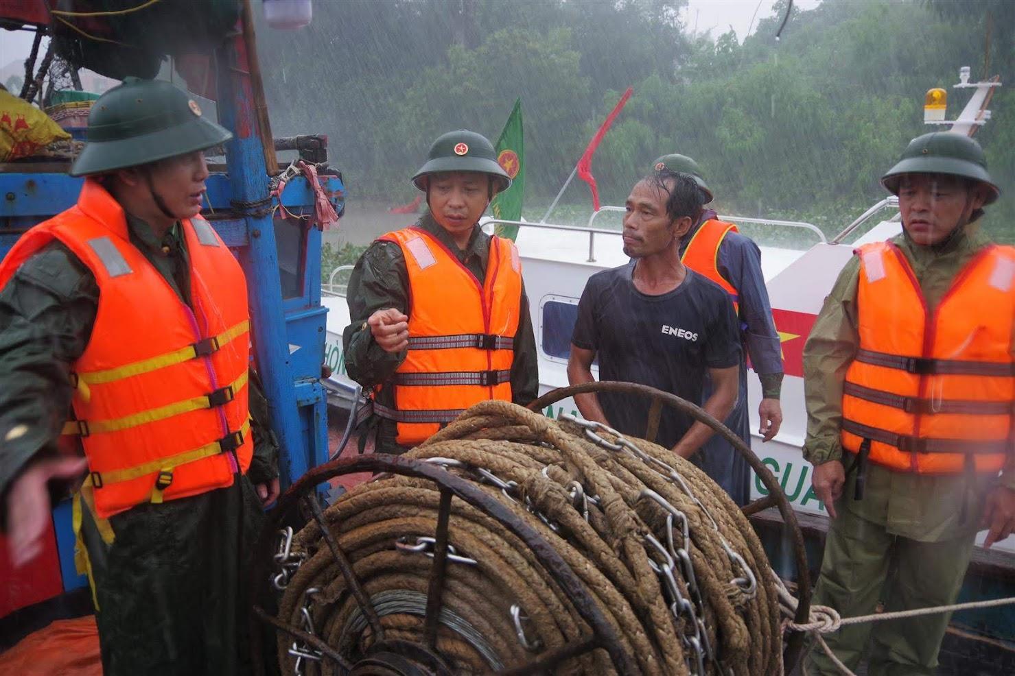Đồn Biên phòng Quỳnh Phương (BĐBP Nghệ An) hướng dẫn các chủ tàu, thuyền và ngư dân ven biển neo đậu trú bão số 4 an toàn - Ảnh: Lê Thạch