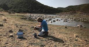 Investigadores de C-HydroChange tomando muestras de sedimentos en la laguna de Gallocanta.