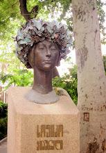 Photo: Paikallinen Tove Jansson - oikeasti joku näyttelijä, mutta patsas toi mieleen Tove Janssonin seppeleineen. Huomaa myös taideteos puun rungossa :-)