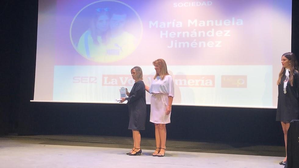 María Manuela Hernández recoge el Premio Sociedad.