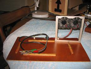 Photo: Pour pouvoir le faire tourner plus de 1 minute j'ai rajouté 2 petits ventilateurs d'ordinateur qui soufflent sur le cylindre et la culasse.