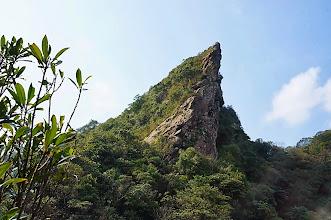 Photo: 終於走達最佳觀看石筍的高點,所在位置這裡是石筍尖旁的小山頭,由這角度看石筍尖是最佳點,還真是夠尖的!
