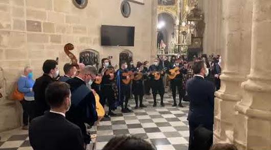 La tuna universitaria de Almería cantó a la imagen de la Virgen de la Esperanza