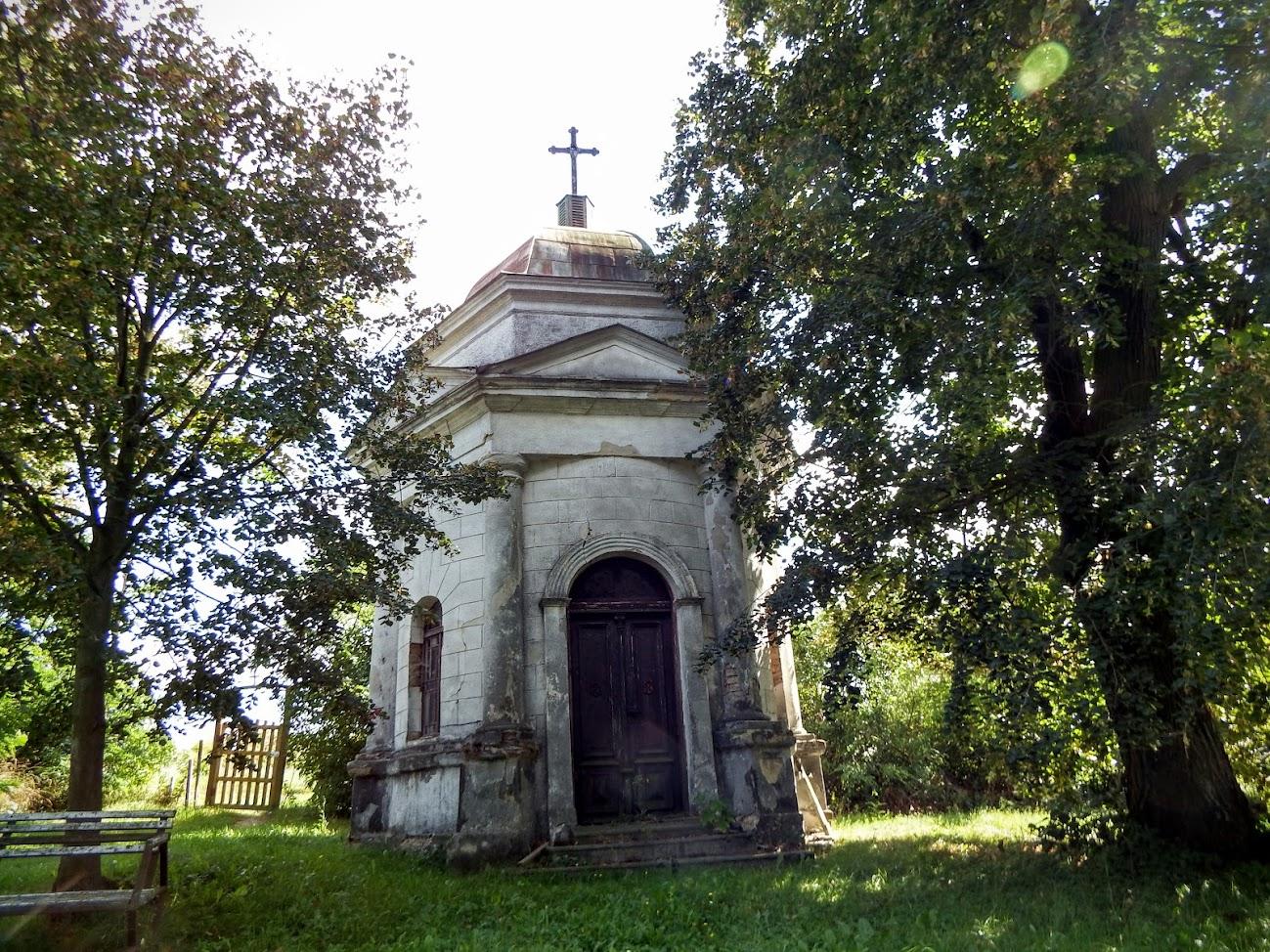 Kislőd - temetőkápolna a keresztúttal