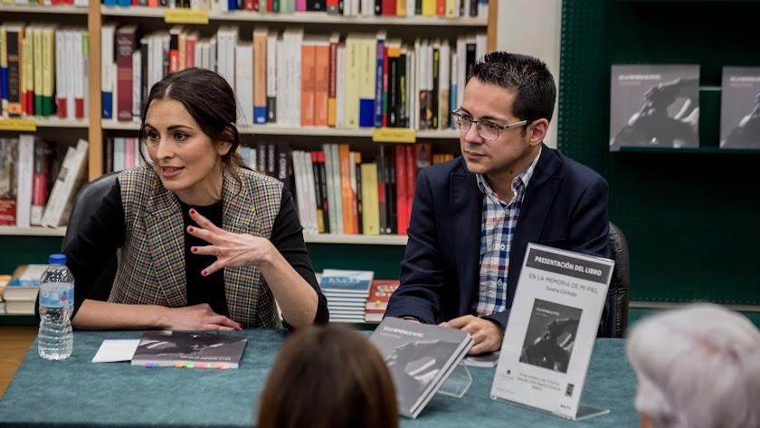 Susana Córdoba, junto a Alberto Cerezuela en la presentación de su libro en Madrid.