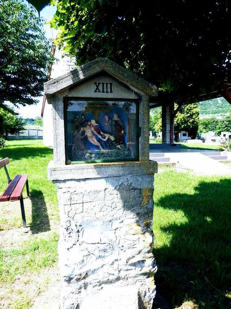 Kesztölc - stációs kálvária a templom mögötti dombon, a temetőben